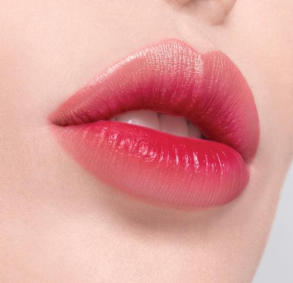 Hãy ưu tiên sử dụng những sản phẩm son môi có kèm chất dưỡng ẩm, vừa giúp đôi môi luôn căng mịn, mềm mại, lại còn giúp son giữ màu hoàn hảo hơn.