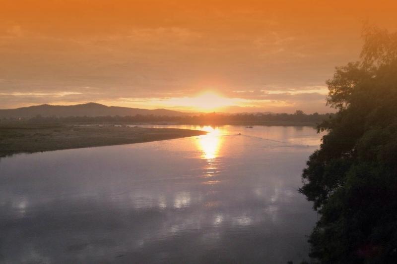 Hoàng hôn trên sông Lam