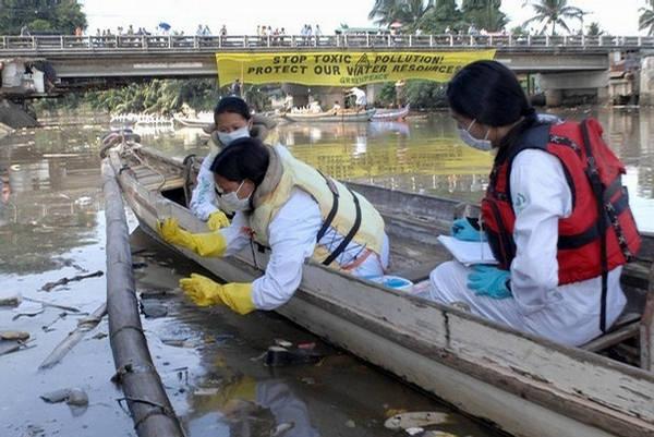 Sông Marilao vẫn hàng ngày hàng giờ hứng chịu rác thải của các hộ dân ven sông