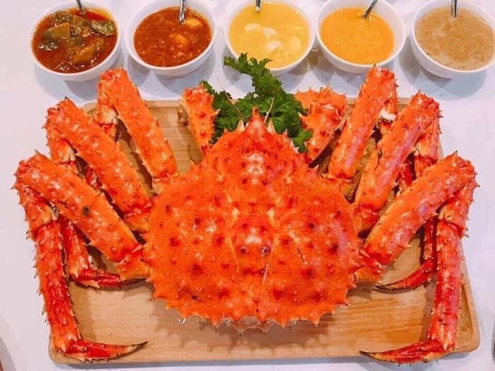 Hải sản tại nhà hàng luôn được tuyển chọn và nhập về hàng ngày, đảm bảo độ tươi sống tuyệt đối cho thực phẩm
