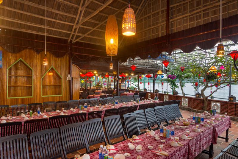 Những chiếc đèn lồng được treo khắp nhà hàng, toàn bộ ánh sáng dùng trong nhà hàng là ánh trắng vàng, tạo nên khung cảnh rất lãng mạn, ấm cúng