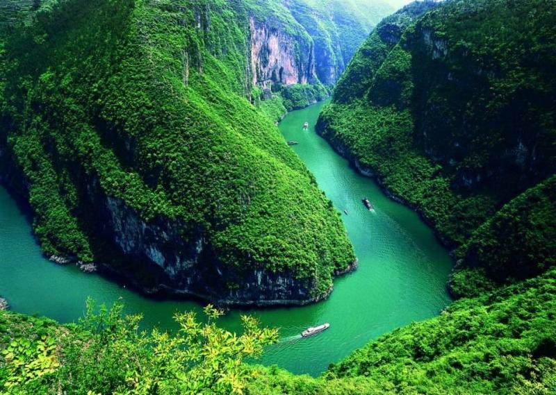 Con sông Trường Giang ngoằn ngoèo với các dãy núi