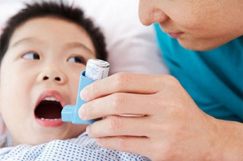 Trẻ nhỏ bị mắc bệnh hen phế quản vào mùa xuân.