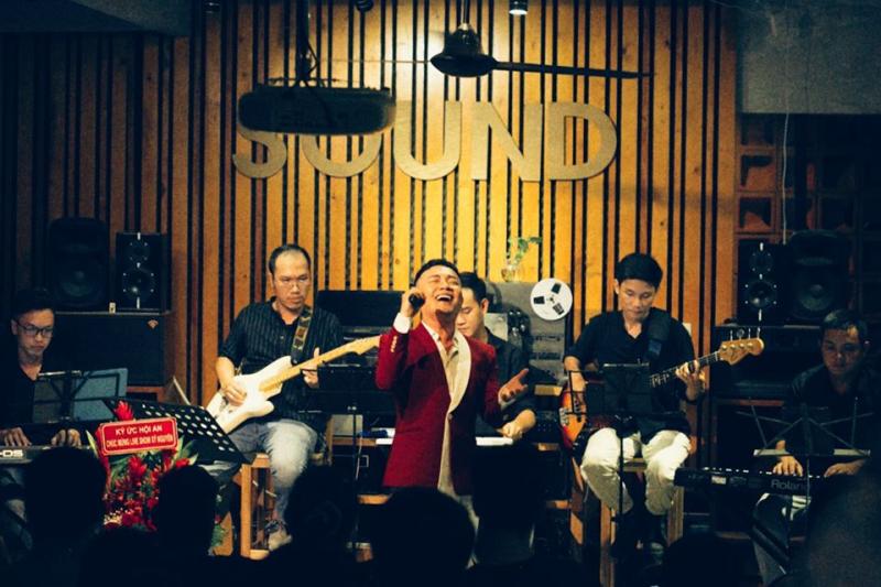 Ca sĩ hát tại quán