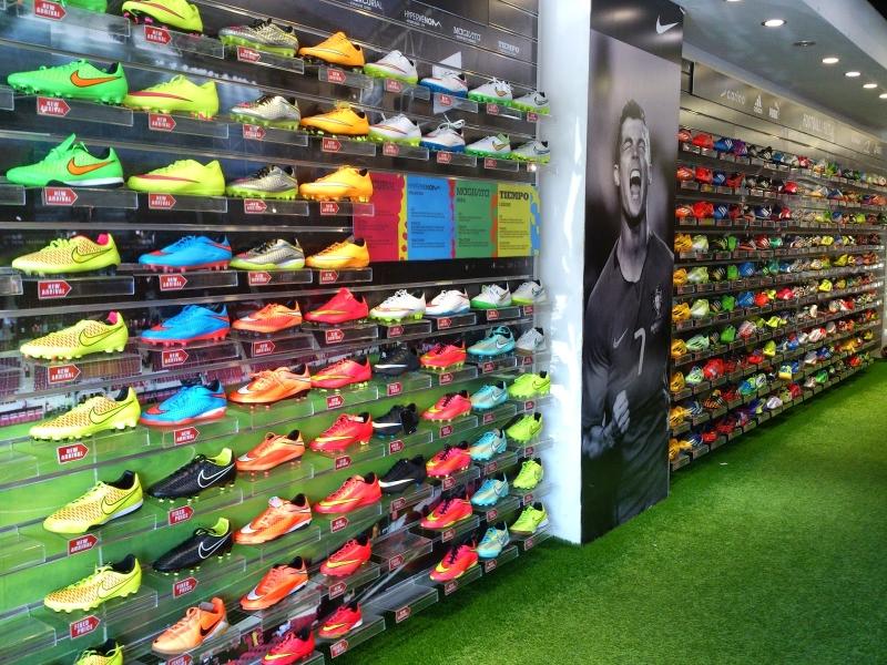 Những đôi giầy thể thao đến từ các thương hiệu nổi tiếng được đặt trên kệ hàng của SportMart