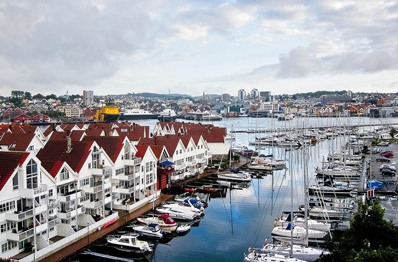 Những ngôi nhà gỗ rực rỡ dưới ánh mặt trời ở Stavanger