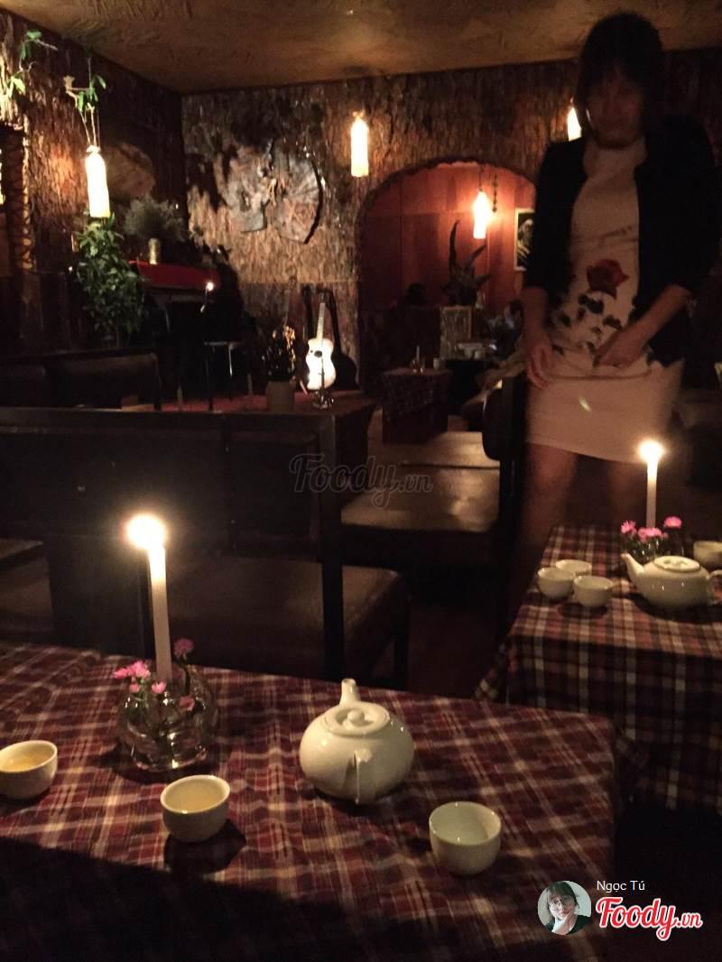 Căn Nhà Xưa  là một quán cafe với một không gian ngập hương thông giữa đỉnh đồi vi vu gió.
