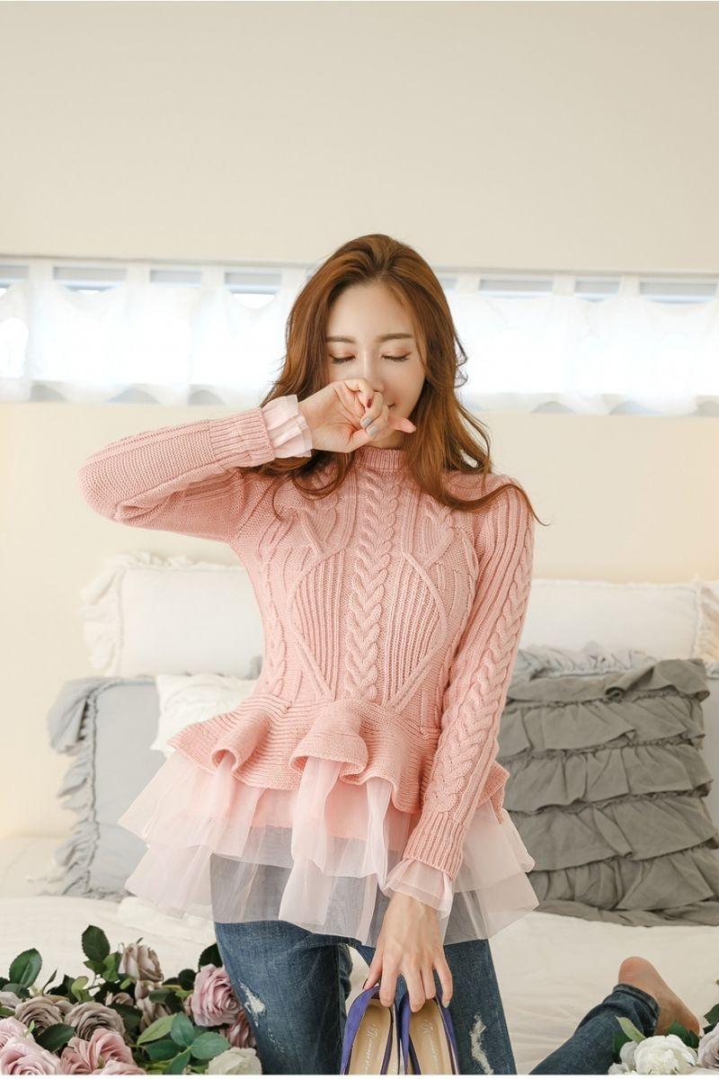 Áo len cách điệu dáng xòe cũng là sự lựa chọn hoàn hảo cho nàng nhỏ nhắn