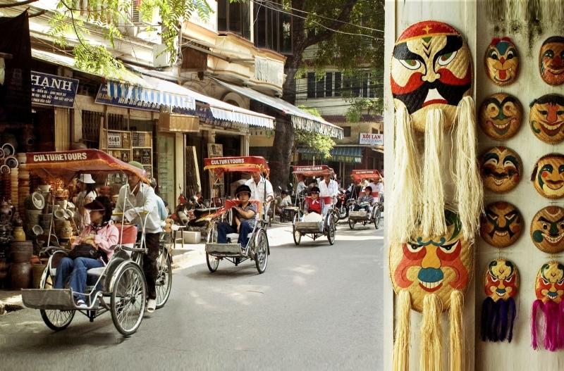 Ngồi trên những chiếc xích lô, đi chậm chậm dạo quanh 36 phố phường, cảm nhận sự an yên và không khí Hà Nội cũng là hoạt động được rất nhiều du khách lựa chọn.