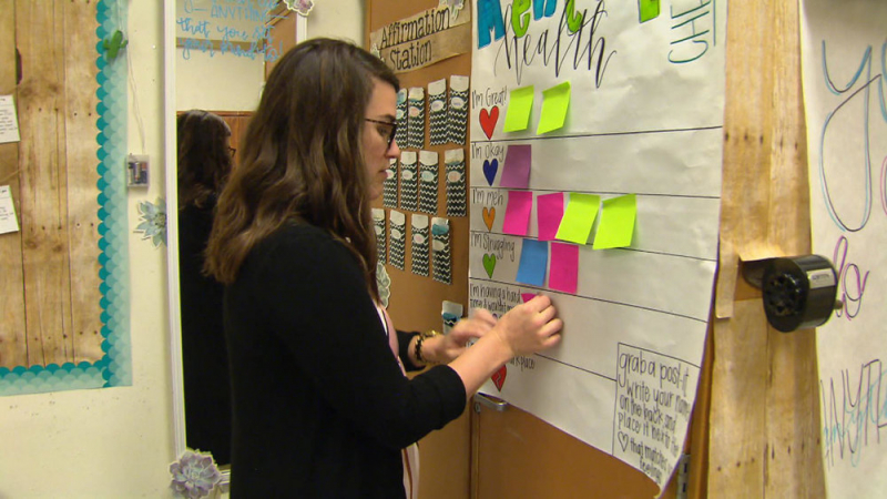 Sử dụng những mẫu giấy đủ màu sắc để ghi chú các từ vựng