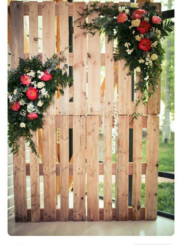 Trang trí thêm hoa sẽ tăng điểm tinh tế vầ nhẹ nhàng cho backdrop đó!