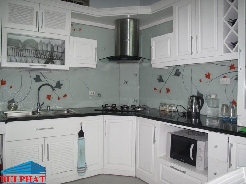 Kính màu ốp bếp họa tiết trang trí cành lá tạo điểm nhấn không gian bếp nhà bạn