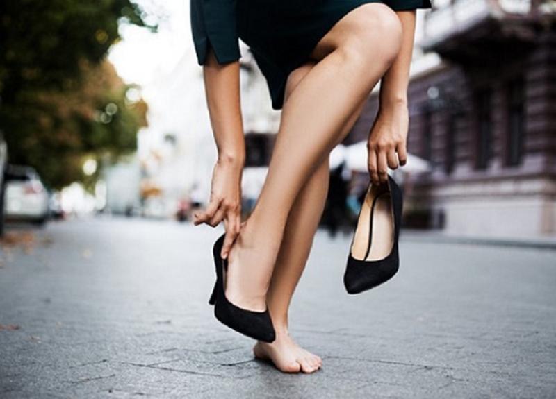 Đừng mang một đôi giày quá cao khiến bạn bước đi không vững