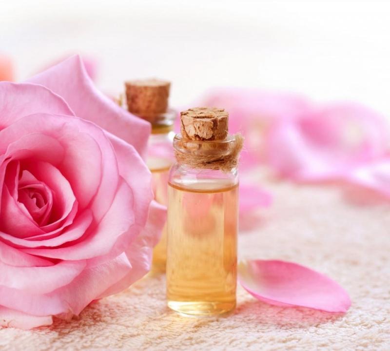 Nước hoa hồng giúp se khít lỗ chân lông