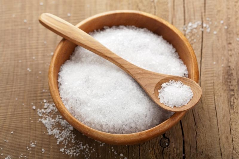 Sử dụng nước muối ấm làm sạch mụn