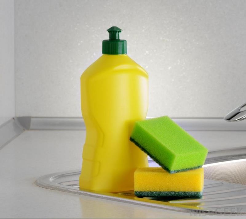 Sử dụng nước rửa chén để vệ sinh lò vi sóng
