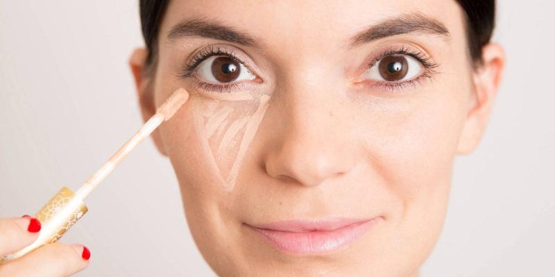 Thoa kem theo hình tam giác ngược cho vùng dưới mắt sẽ giúp bạn dễ tán kem và có độ che phủ tốt hơn