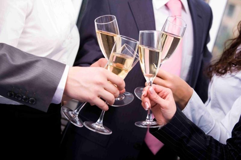 Theo các chuyên gia, loại rượu bạn nên dùng là loại rượu vang cực nhẹ.