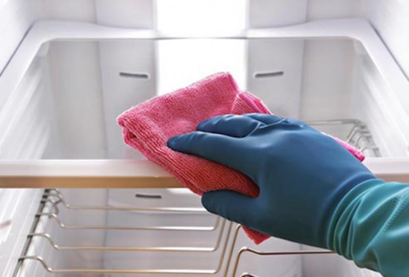 Sử dụng khăn ẩm để lau toàn bộ mặt trong tủ lạnh