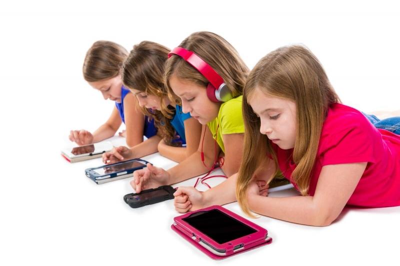 Smartphone đang được báo động trở thành tác nhân xấu khiến nhiều trẻ em trên thế giới rơi vào chứng tự kỷ, lười giao tiếp.