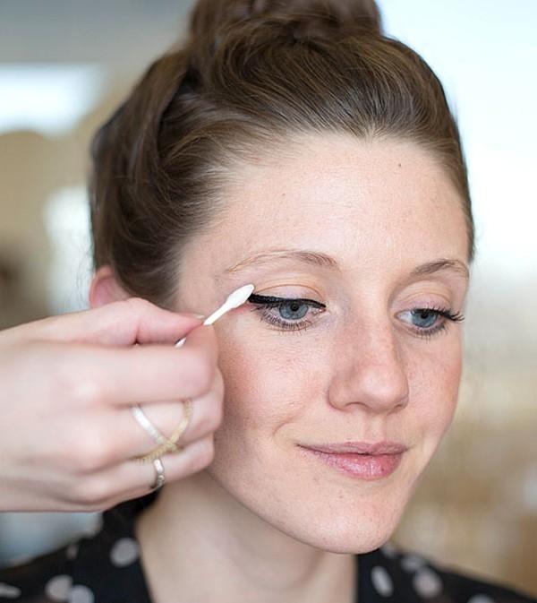 Sử dụng tăm bông khi dùng mascara