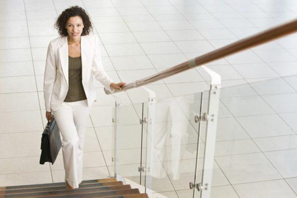 Đi thang bộ chính là cách làm đôi chân nói chung và vùng bắp chân thon gọn nhanh nhất