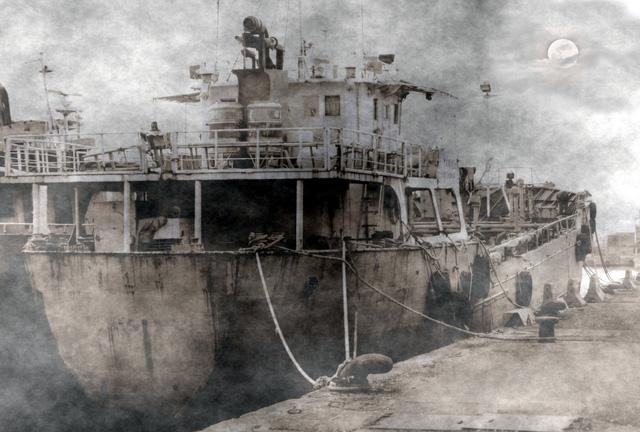 Tàu Urang Medana neo đậu tại cảng trước khi khởi hành chuyến đi tử thần.