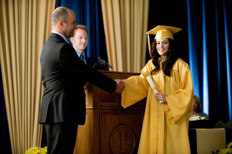 Kristen Stewart tốt nghiệp cùng lúc với nhân vật Bella của mình