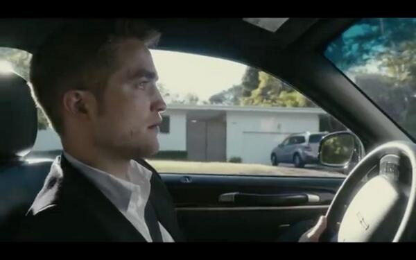 Robert Pattinson đã phải học lái xe ngay trên trường quay