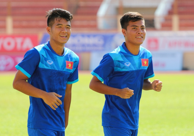 Trọng Hóa U19 Việt Nam (phải)