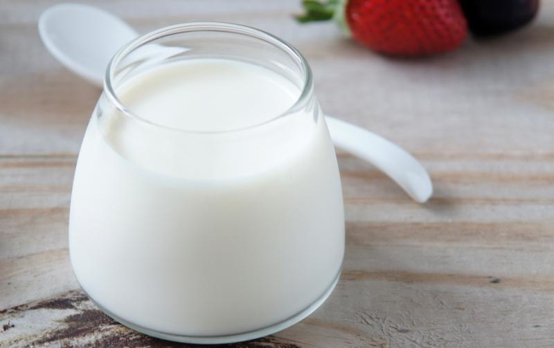 Những gia đình có người già và trẻ em nên mua nhiều sữa chua để dành cho những bữa ăn dặm đêm khuya, vừa giúp đẹp da, ngăn chặn lão hóa lại an thần, ngủ ngon.