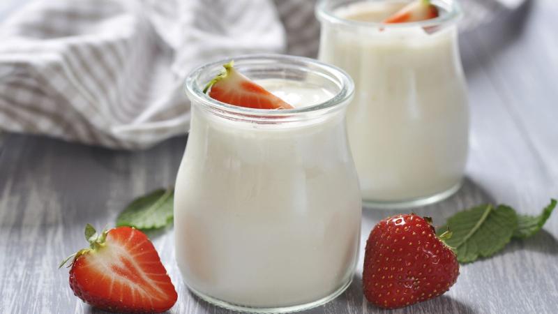 Sữa chua có chứa các chế phẩm sinh học hỗ trợ tốt trong việc kích thích quá trình đại tiện diễn ra thường xuyên hơn.