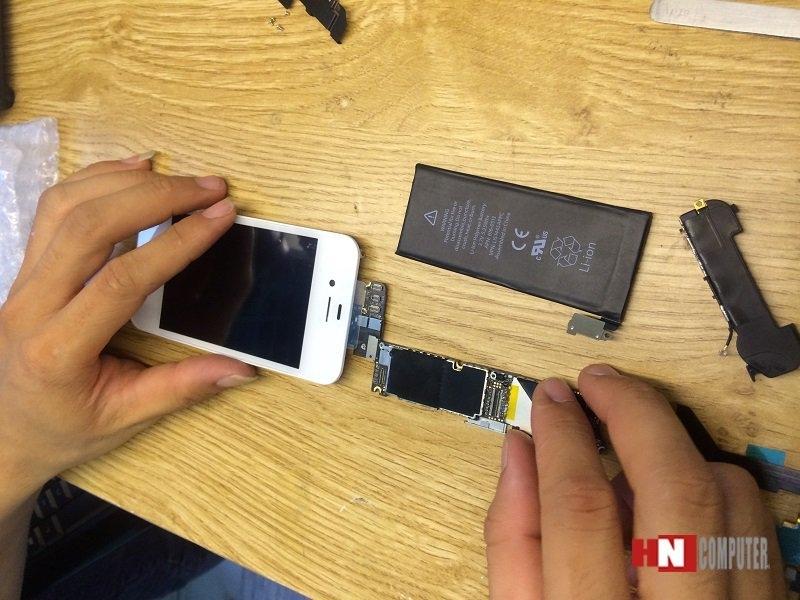 Kỹ thuật viên HNCOM sửa chữa iPhone cho khách hàng