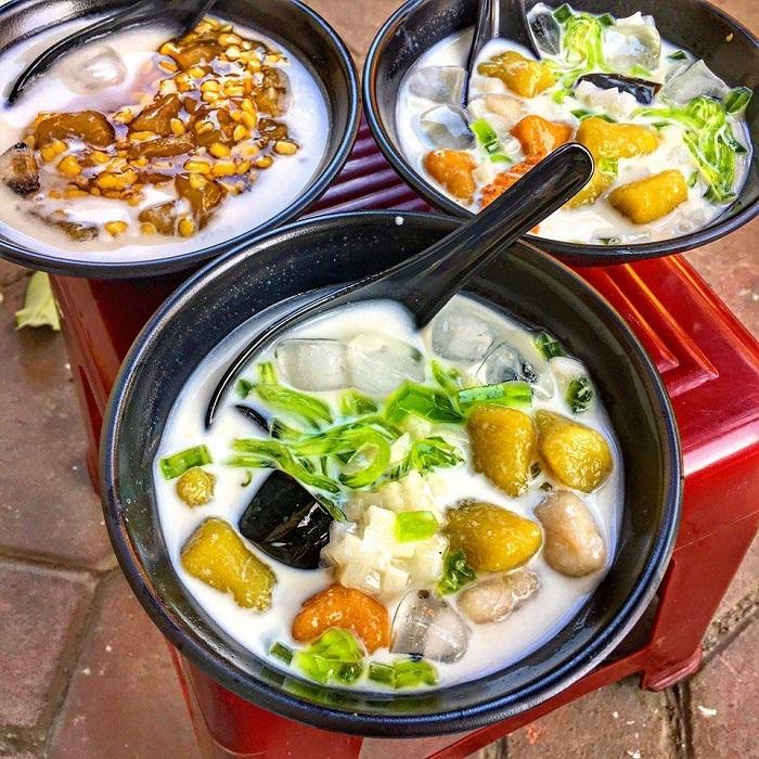 Ngoài sữa chua thạch lá nếp, Ăn Vặt Lon Ton còn phục vụ món chè ngon nổi tiếng