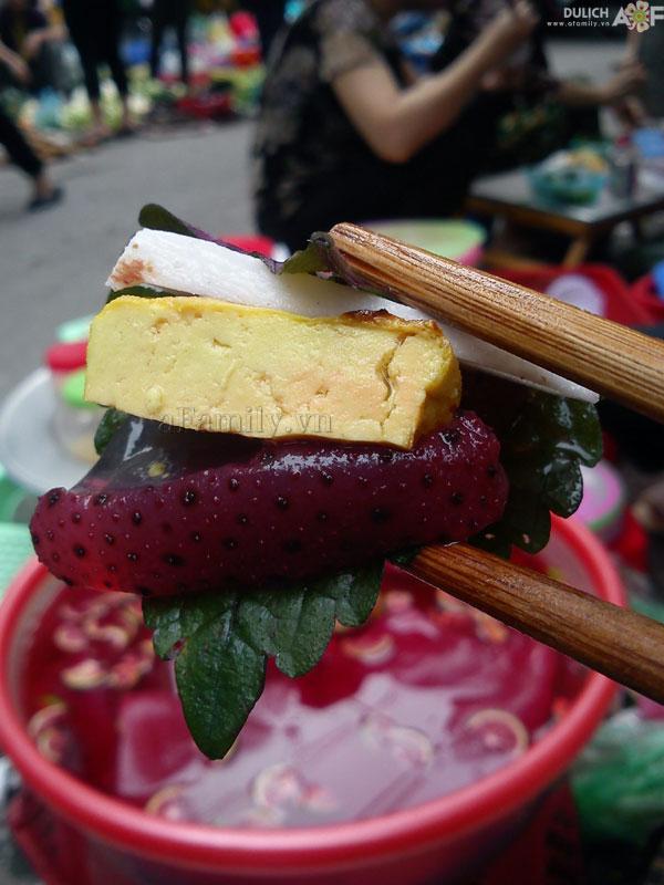 Ăn sứa đỏ không thể thiếu mắm tôm nguyên chất, vắt chanh đánh sủi bọt, thả vào vài miếng ớt đỏ