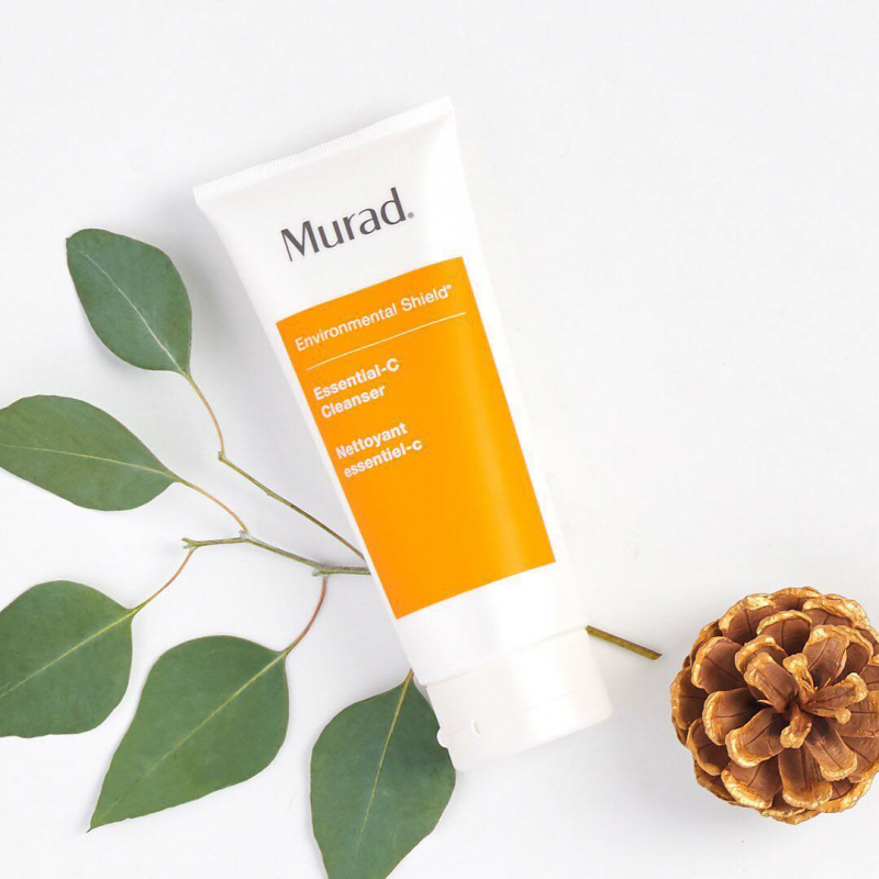 """Murad Environmental Shield Essential-C Cleanser được mệnh danh là """"hiệp sĩ"""" bảo vệ làn da khỏi những tác hại từ môi trường."""