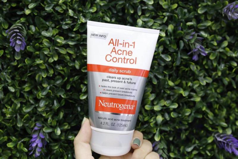 Sữa rửa mặt trị mụn Neutrogena All in 1 Acne Control Daily Scrub.
