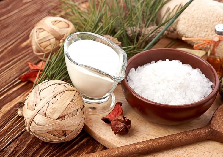 Sữa tươi và muối là hỗn hợp trị thâm môi hiệu quả.