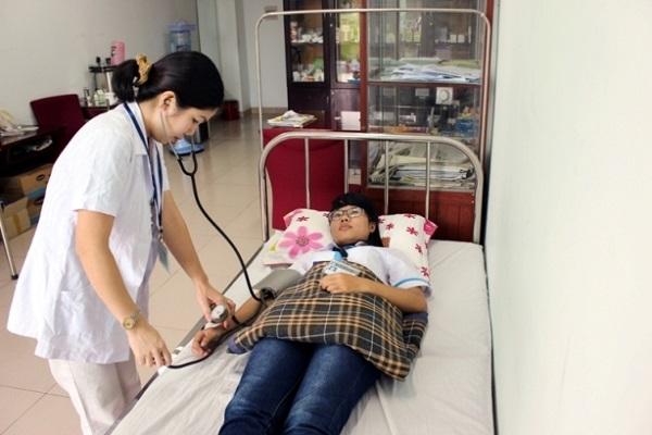 Sinh viên khám bệnh định kỳ tại trạm y tế