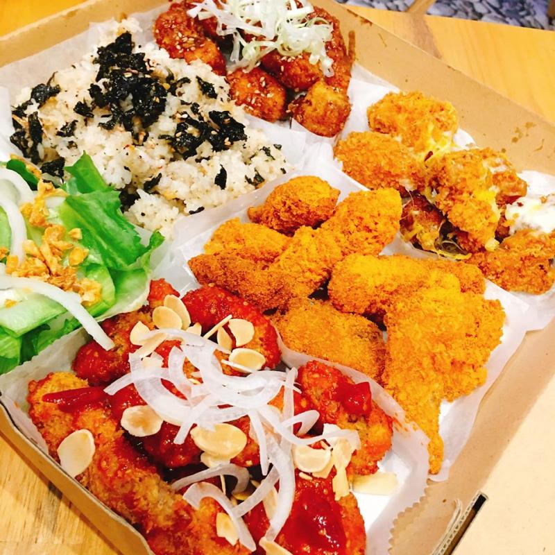 hicken Boom hoành tráng đủ 4 vị sốt: gà phô mai, gà rắc phô mai, gà sốt cay, gà sốt mè, đi kèm cơm và salad.