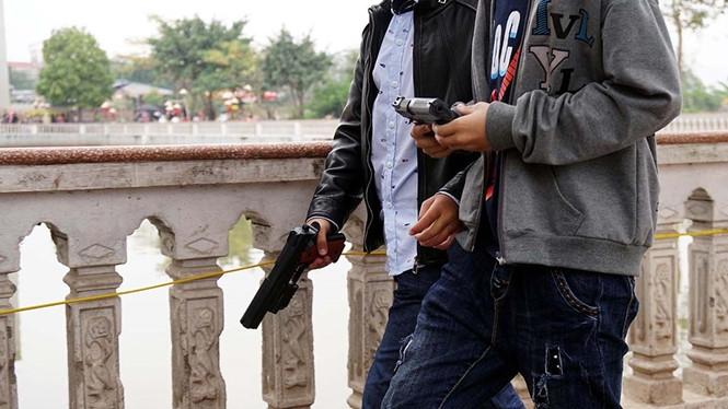 Những khẩu súng đồ chơi đượcc trẻ em công khai sử dụng trên đường phố
