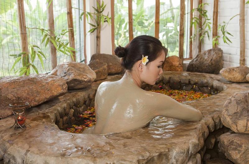 Tắm khoáng bùn nguyên chất - Suối khoáng nóng Quang Hanh