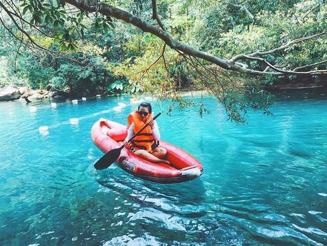 Dòng nước trong xanh như ngọc bích