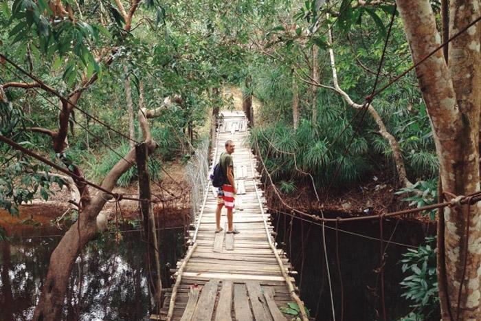 Cây cầu treo dẫn vào suối Đá Bàn