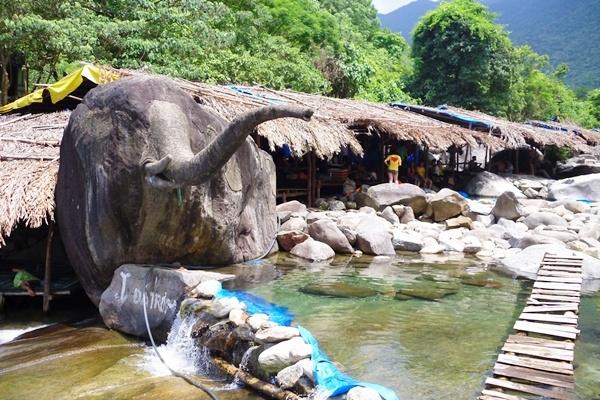 Tảng đá giống hình con voi với cái vòi dài đưa ra giữa suối