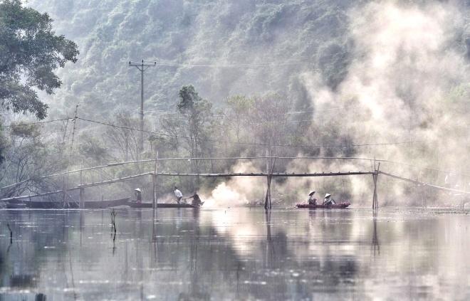 Mây nước núi sông bảng lảng sương sớm khiến cảnh sắc nơi đây trở lên huyền ảo
