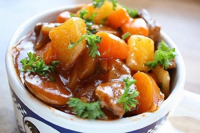 Súp khoai tây hầm thịt bò cung cấp nhiều dưỡng chất cho cơ thể vào mùa đông.