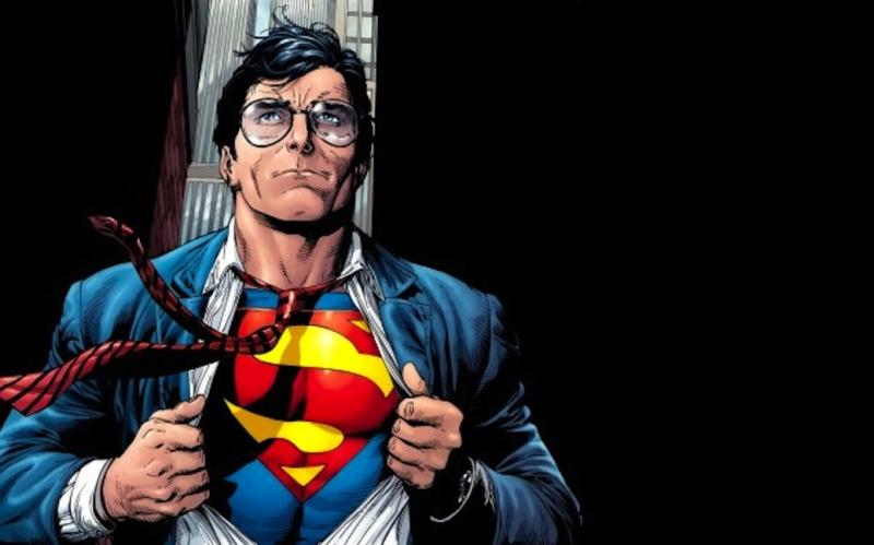 Nhân vật Superman với biểu tượng chữ S