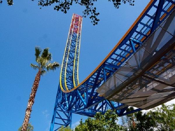 Tàu lượn của công viên Six Flags Magic Mountain có tháp cao tới 127m