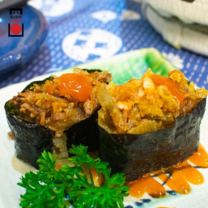 Gunkan- là một loại sushi mà cuộn cơm được bao bọc bởi rong biển kết hợp với nhiều thành phần nguyên liệu khác